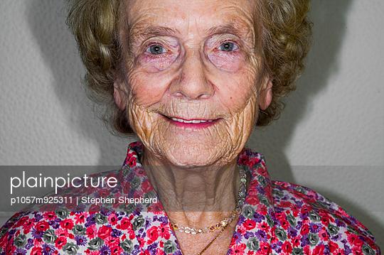 Elderly woman - p1057m925311 by Stephen Shepherd
