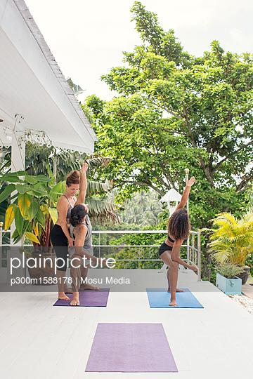plainpicture - plainpicture p300m1588178 - Yoga instructor teaching ma... - plainpicture/Westend61/Mosu Media