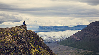 Men resting on top of a mountain, Iceland - p1084m986810 by Operation XZ