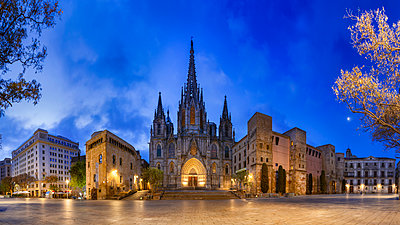 Spain, Barcelona, panoramic view of Barcelona Cathedral - p300m1460550 by Herbert Meyrl