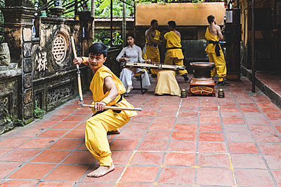 Vietnam, Hanoi, young man exercising Kung Fu - p300m2013202 by William Perugini