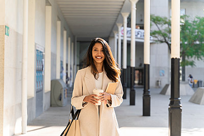 Barcelona, Spain. Young woman commuting. University, student, working, job, commute, indian woman, indian, hindu, publict transport, city, cosmopolitan, susteintable - p300m2166196 von VITTA GALLERY