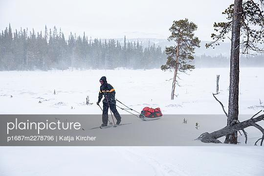 Skitrekking mit Gepäck - p1687m2278796 von Katja Kircher