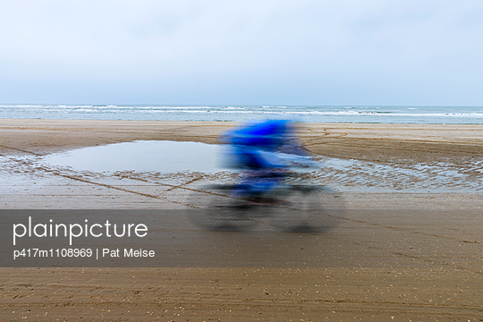 Race on the beach - p417m1108969 by Pat Meise