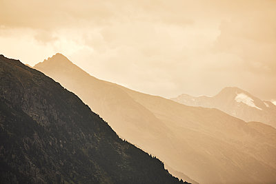 Mountain range in the morning fog - p1511m2223057 by artwall