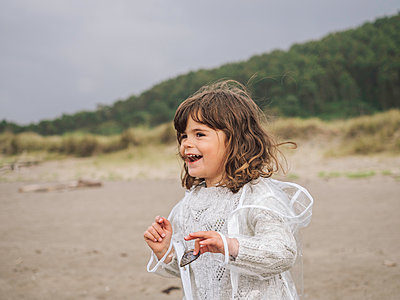 Little girl smiling on the beach - p1522m2100588 by Almag