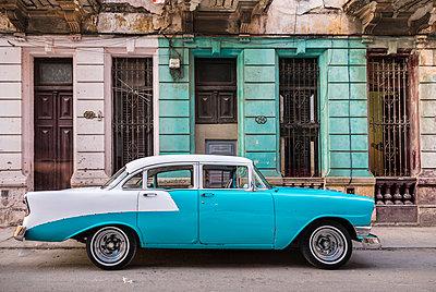 Parked vintage car, Havana, Cuba - p300m2114374 by hsimages