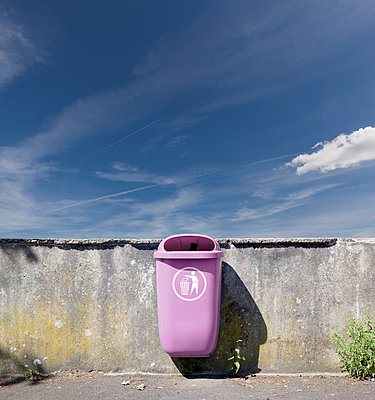 Germany, pink waste bin hanging at wall - p300m980009 by reka prod.