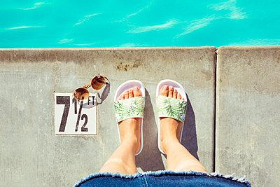 Frau am Pool - p432m1082508 von mia takahara