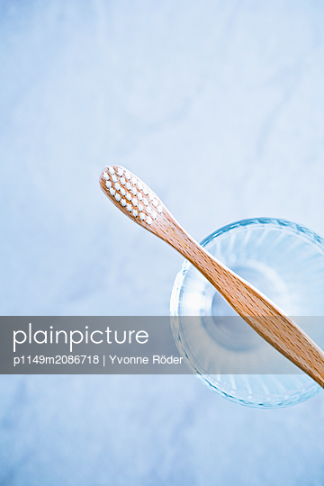 Zahnbürste aus Holz - p1149m2086718 von Yvonne Röder
