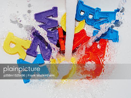 Buchstaben im Waschbecken - p358m1525496 von Frank Muckenheim