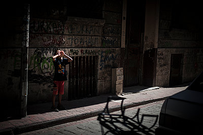 Boy screaming in the street - p1007m1134841 by Tilby Vattard