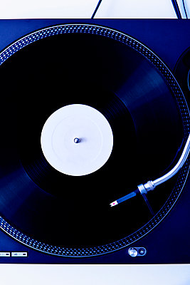 Plattenspieler mit Schallplatte - p1149m2021180 von Yvonne Röder