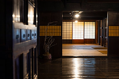 Japan, Takayama, Interior of traditional Japanese house at Hida Folk Village - p300m2155096 by Andrés Benitez