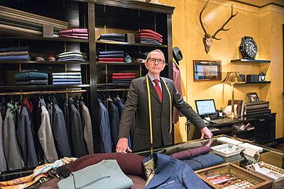 Senior tailor in tailors shop, portrait - p429m2004020 by G. Mazzarini
