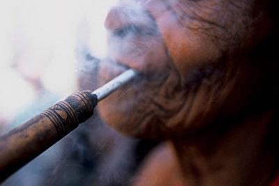 Rauchende Frau in Kamerun - p6210020 von Aldo Pavan