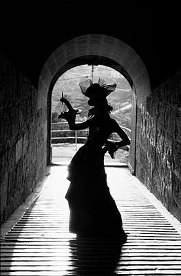 Model mit Kleid und Hut auf Malta - p627m672302 by Kirsten Nijhof