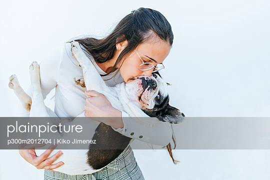 Woman kissing her dog - p300m2012704 von Kiko Jimenez