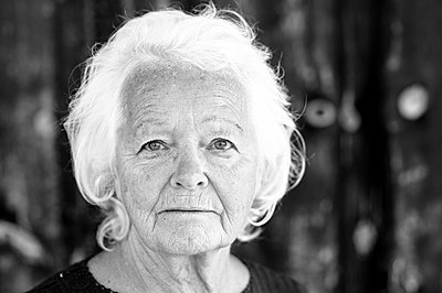 Portrait of elderly woman - p1313m1286564 by Leif-Erik Schmitt