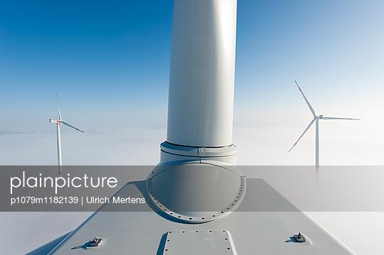 Windenergie im Winter - p1079m1182139 von Ulrich Mertens