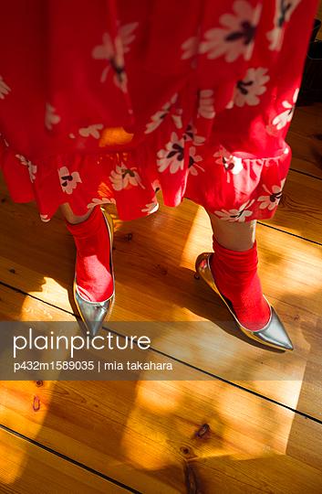 Frauenbeine im Blümchenrock - p432m1589035 von mia takahara