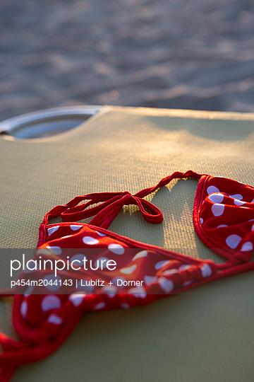 Bikini bei Sonnenuntergang - p454m2044143 von Lubitz + Dorner