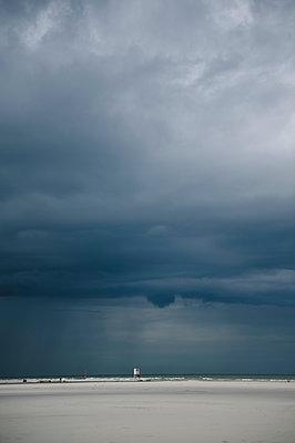 Strand und dramatischer Himmel - p819m1066370 von Kniel Mess