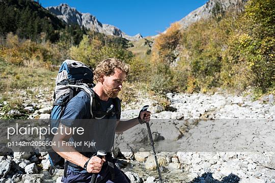 Junger Wanderer in den Bergen - p1142m2056604 von Runar Lind