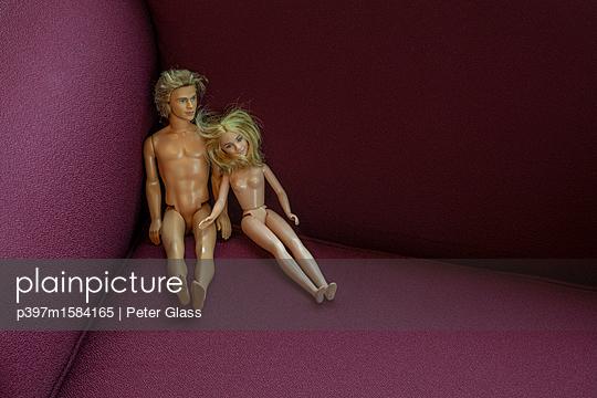Nackte Puppen sitzen nebeneinander - p397m1584165 von Peter Glass