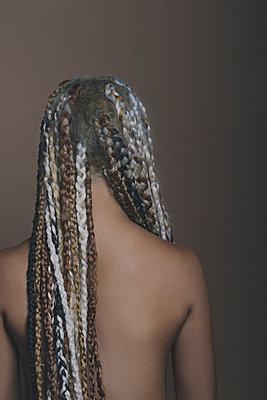 portrait with braids - p1323m1497158 von Sarah Toure