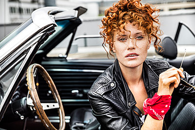 Portrait of confident redheaded woman in sports car - p300m1505300 by Jo Kirchherr