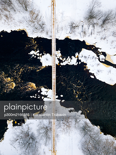 Russia, Leningrad Region, Tikhvin, Aerial view of bridge over Tikhvinka river in Winter - p300m2166885 by Konstantin Trubavin