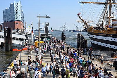 Hamburger Hafen - p096m2015771 von Helga Lorbeer