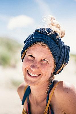 Frau mit Kopftuch, Porträt - p1046m1467534 von Moritz Küstner