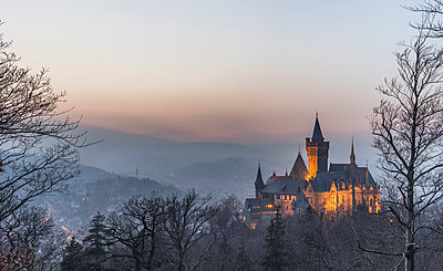 Germany, Saxony Anhalt, Wernigerode, castle and town in evening haze - p300m1023274f by Patrice von Collani