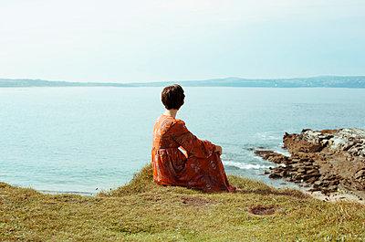 Frau am Meer - p432m854516 von mia takahara