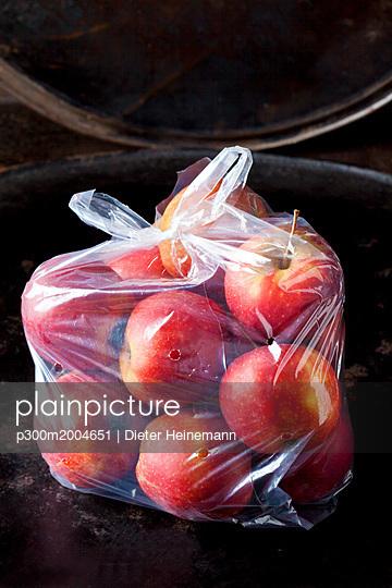Plastic bag of red apples - p300m2004651 von Dieter Heinemann