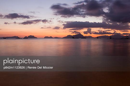 Sonnenuntergang bei El Nido - p842m1123826 von Renée Del Missier