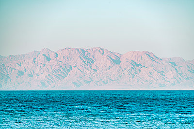 Aqaba Bay from Nuweiba with mountains in the background - p1332m1502619 by Tamboly