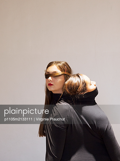 Two women wearing black sweater - p1105m2133111 by Virginie Plauchut