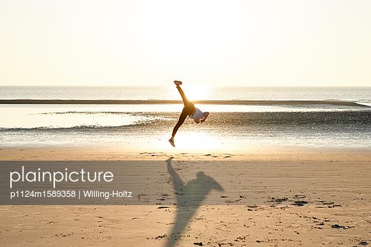 Akrobat am Strand - p1124m1589358 von Willing-Holtz