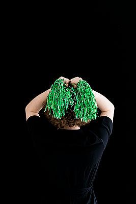 Junge Frau mit grünen Cheerleaderpompons - p1212m1120242 von harry + lidy