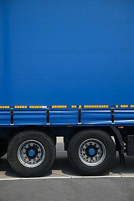 Seitenansicht eines blauen LKW auf Rastplatz - p1638m2244502 von Macingosh