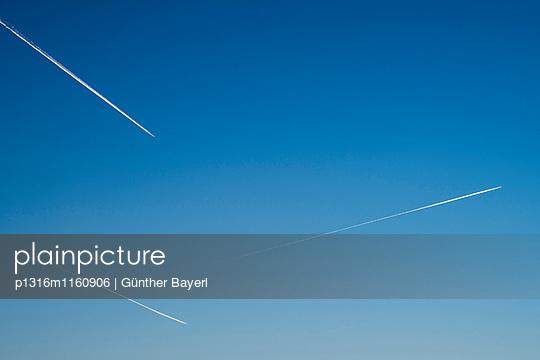 drei Flugzeuge am klaren blauen Himmel hinterlassen Kondensstreifen, München, Bayern, Deutschland - p1316m1160906 von Günther Bayerl