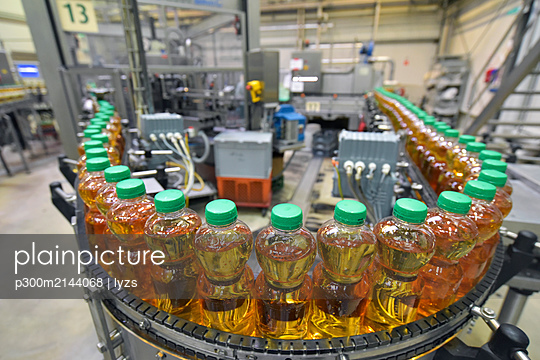 Apple-juice factory, bottling, apple juice - p300m2144068 von lyzs