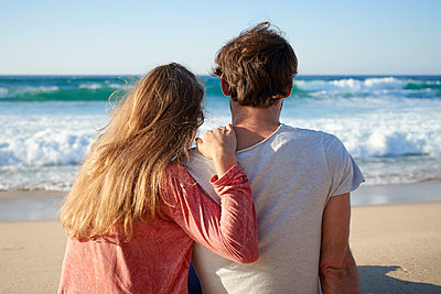 Young couple on beach - p1124m1508601 by Willing-Holtz
