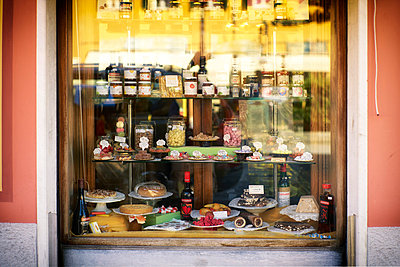 Italy, Liguria, Riva Trigoso, shop window of a delicacy shop with homemade sweets - p300m1053782 by Dirk Kittelberger