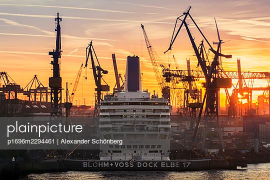 Landungsbrücken - p1696m2294461 by Alexander Schönberg