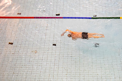 Man swimming in pool - p1418m2053867 by Jan Håkan Dahlström