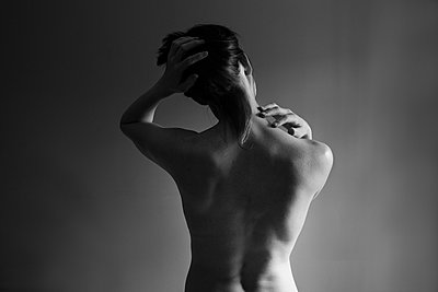 Muscular back of nude Caucasian woman - p555m1409027 by Shestock